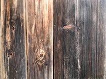 Textura de una pared de madera vieja gris negra, carbonizada de una cerca de los viejos tableros trepadores verticales de diverso Foto de archivo libre de regalías