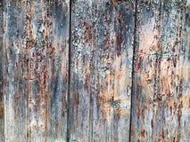 Textura de una pared de madera vieja gris negra, una cerca con los pedazos de la vieja peladura, pintura de la peladura de viejos Foto de archivo