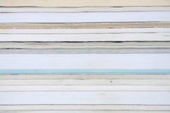 Textura de una pila de libros y de revistas fotos de archivo libres de regalías