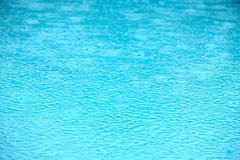 Textura del agua de la piscina de la lluvia Fotos de archivo