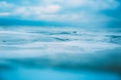 Textura del agua en el océano Ondas y espuma en el mar imagenes de archivo