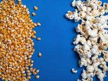 Textura del fondo de los corazones listos de las palomitas y de maíz en un b azul Foto de archivo libre de regalías