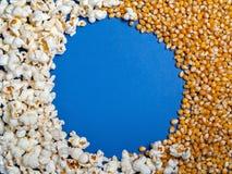 Textura del fondo de los corazones listos de las palomitas y de maíz en un b azul Fotos de archivo libres de regalías