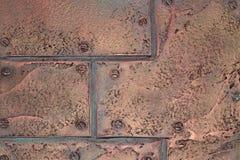 Textura del metal del estilo del desván vieja, placas de cobre en los remaches Fotografía de archivo libre de regalías