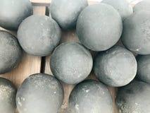 Textura del viejo combate antiguo alrededor de metálico gris, hierro, bolas de cañón de piedra, munición Los antecedentes imágenes de archivo libres de regalías