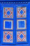 Textura - detalle del primer del obturador pintado azul de la ventana Foto de archivo