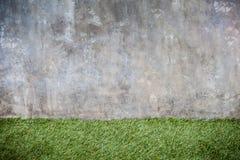 Textura do assoalho do muro de cimento e da grama verde imagens de stock royalty free