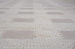 A textura do cinza e do amarelo modelou a pavimentação de telhas com base na rua, opinião de perspectiva O tijolo do cimento esqu Fotos de Stock Royalty Free
