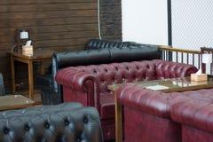 Textura do close up do sofá de couro vermelho do vintage para o fundo Imagem de Stock Royalty Free