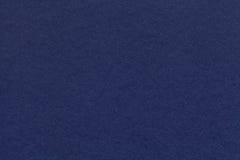 Textura do close up velho do papel de azuis marinhos Estrutura de um cartão denso O fundo da sarja de Nimes imagens de stock