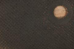 Textura do disco do corte sobre o metal que encontra-se em uma superfície de madeira Fotos de Stock