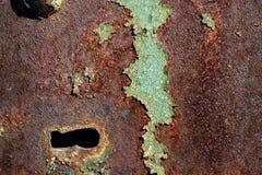 Textura do ferro oxidado, pintura verde rachada em uma superfície metálica velha, na superfície de metal com um parafuso e em um  Imagem de Stock Royalty Free