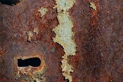 Textura do ferro oxidado, pintura verde rachada em uma superfície metálica velha, na superfície de metal com um parafuso e em um  Imagens de Stock Royalty Free