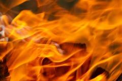 Textura do fogo, a vermelha e a alaranjada em um fundo preto blurry fotos de stock