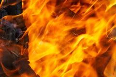 Textura do fogo, a vermelha e a alaranjada em um fundo preto blurry fotografia de stock