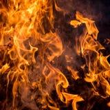 A textura do fogo vermelho em um fundo preto fotografia de stock