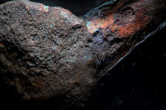 A textura do fundo corroeu o metal do prego de cobre antigo Close-up macro super de superfície grained áspero pelo microscópio Foto de Stock
