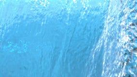 Textura do fundo da água que derrama para baixo na cascata no sumário do movimento lento nos fps 1500 vídeos de arquivo