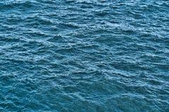 Textura do fundo da água Superfície do mar na luz do por do sol fotos de stock royalty free