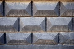 Textura do fundo da cerca concreta cinzenta velha com teste padrão do tijolo Imagem de Stock Royalty Free