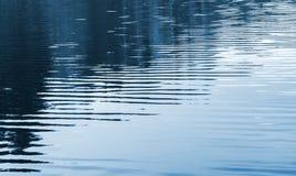 Textura do fundo da água ainda azul Fotos de Stock