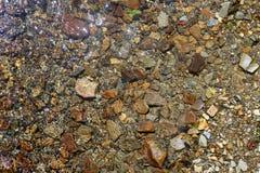 Textura do fundo da parte inferior da pedra do rio de Brown Fotografia de Stock