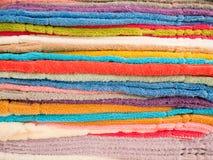 Textura do fundo da pilha de toalhas limpas coloridas Imagem de Stock