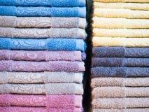 Textura do fundo da pilha de toalhas limpas coloridas Fotos de Stock Royalty Free
