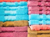 Textura do fundo da pilha de toalhas limpas coloridas Fotos de Stock
