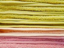 Textura do fundo da pilha de toalhas limpas coloridas Imagem de Stock Royalty Free