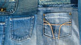 Textura do fundo da tela da sarja de Nimes com bolsos e as emendas costuradas com botões e rebites das partes diferentes de calça Fotos de Stock Royalty Free