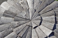 Textura do fundo de folhas de madeira escuras na forma do círculo Imagem de Stock
