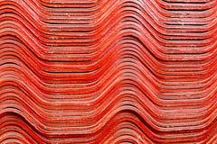 Textura do fundo de telhas de telhado vermelhas da gipsita da pilha foto de stock