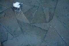 Textura do fundo do gelo Gelo de derretimento com formas e quebras diferentes imagens de stock