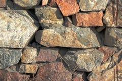 Textura do fundo Parede de pedra velha leve pelo sol fotografia de stock royalty free