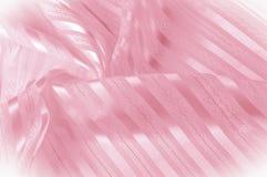 Textura do fundo, teste padrão Tela de seda cor-de-rosa com uma tira clara fotografia de stock royalty free