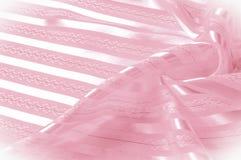 Textura do fundo, teste padrão Tela de seda cor-de-rosa com uma tira clara fotos de stock royalty free