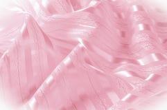 Textura do fundo, teste padrão Tela de seda cor-de-rosa com uma tira clara imagens de stock