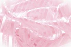 Textura do fundo, teste padrão Tela de seda cor-de-rosa com uma tira clara imagens de stock royalty free