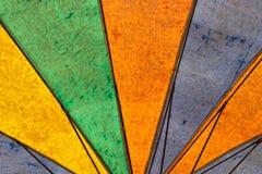 Textura do guarda-chuva velho colorido inferior foto de stock royalty free