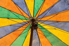 Textura do guarda-chuva velho colorido inferior imagem de stock royalty free