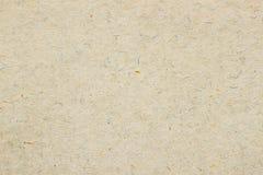 Textura do papel orgânico velho do creme claro Material reciclável com marrom pequeno e e inclusões azuis da celulose foto de stock royalty free