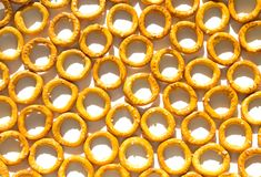 Textura do petisco do pão sob a forma dos círculos com sal na placa branca com sombra foto de stock royalty free