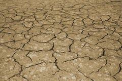 A textura do rachamento da terra O conceito de usar recursos naturais toning foto de stock royalty free