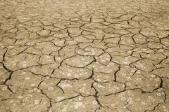 A textura do rachamento da terra O conceito de usar recursos naturais toning fotos de stock royalty free