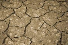 A textura do rachamento da terra O conceito de usar recursos naturais toning foto de stock