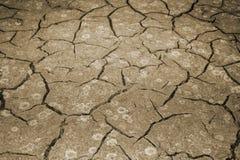 A textura do rachamento da terra O conceito de usar recursos naturais toning imagens de stock