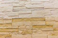 A textura do sumário do fundo do tijolo resistiu da luz velha manchada - estuque marrom e parede amarela vermelha pintada na sala Fotografia de Stock Royalty Free
