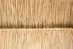 A textura do telhado cobrido com sapê na cabana no campo Imagem de Stock Royalty Free