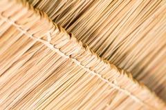 A textura do telhado cobrido com sapê na cabana no campo Fotos de Stock Royalty Free